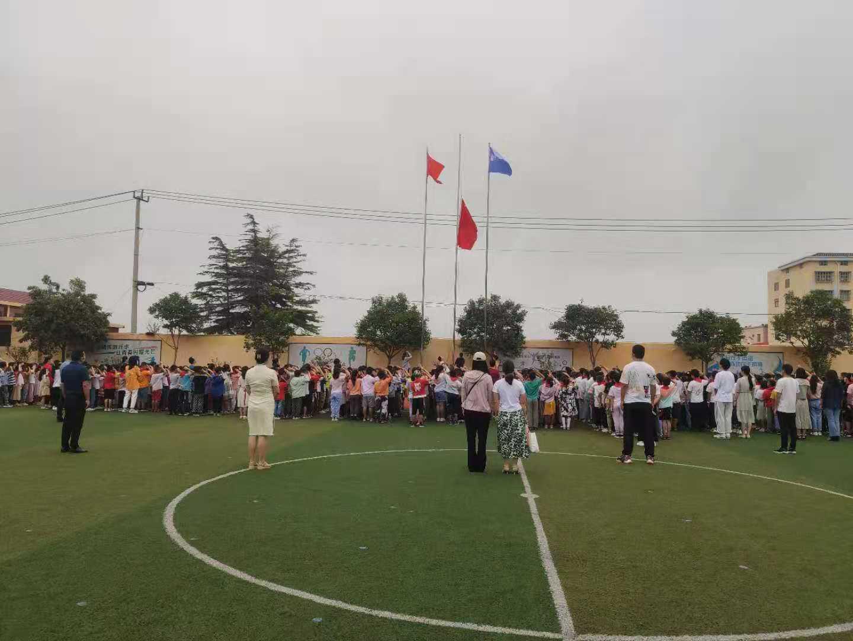 """龙苴小学 举行""""感恩有您""""为主题教师节升旗仪式"""